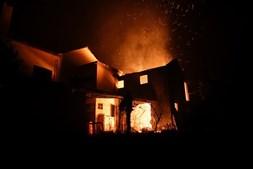 Mais de 300 bombeiros estão a combater as chamas
