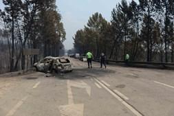 Muitos corpos foram encontrados dentro de carros. Vítimas tentavam fugir quando foram cercadas pelo fogo em Pedrógão Grande