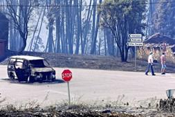 Estrada cortada perto de Vila Facaia, uma das localidades mais atingida pela tragédia que matou dezenas de pessoas