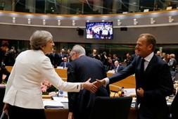 Theresa May cumprimenta Donald Tusk na cimeira de líderes europeus em Bruxelas