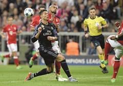 Cristiano Ronaldo e Arturo Vidal em despique, num jogo pelos respetivos clubes.