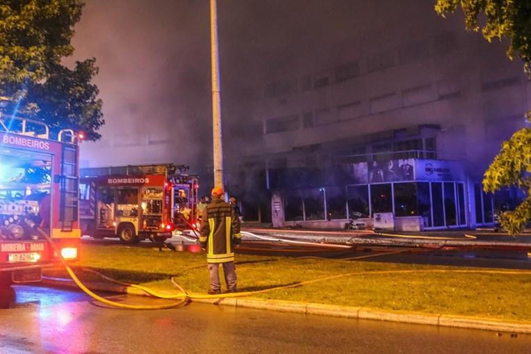 Incêndio deflagrou ao início da noite numa loja do condomínio Ponte da Pedra e obrigou à evacuação do prédio