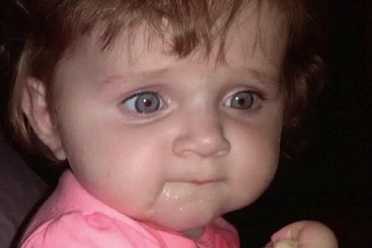 Mãe adolescente deixa filhas bebés morrer no carro para ir a festa