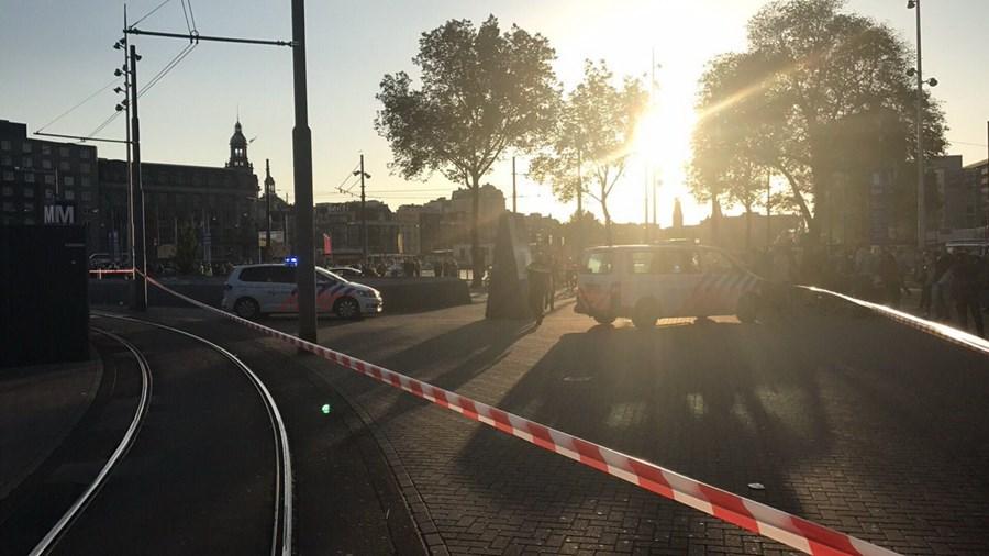 Carro abalroa várias pessoas junto à Estação Central de Amesterdão