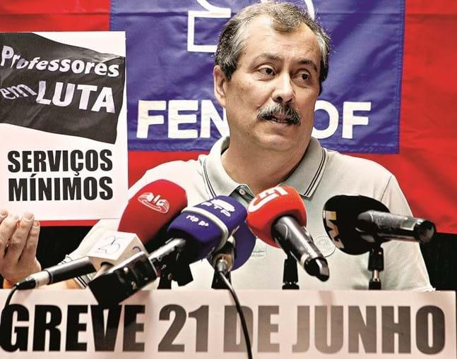Mário Nogueira quer docentes convocados a usar autocolantes de protesto
