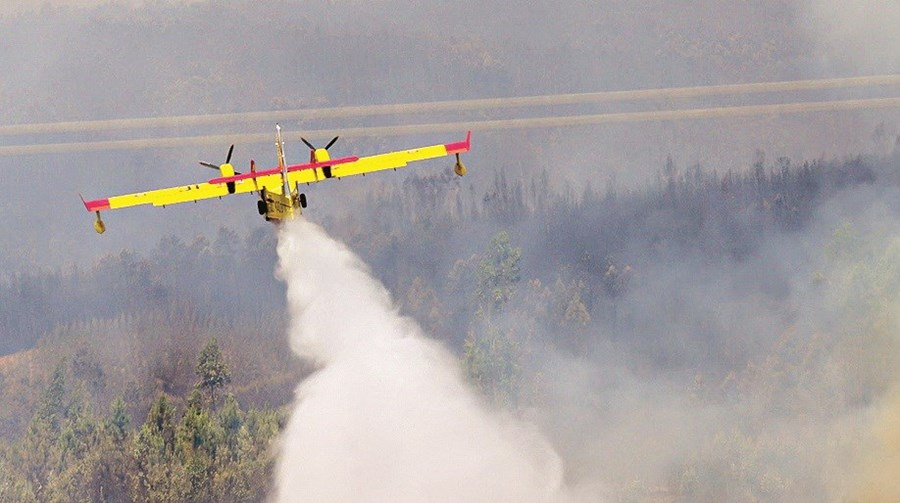 Dez meios aéreos estavam ontem envolvidos no combate aos fogos em pedrógão grande, que se mantinham ativos
