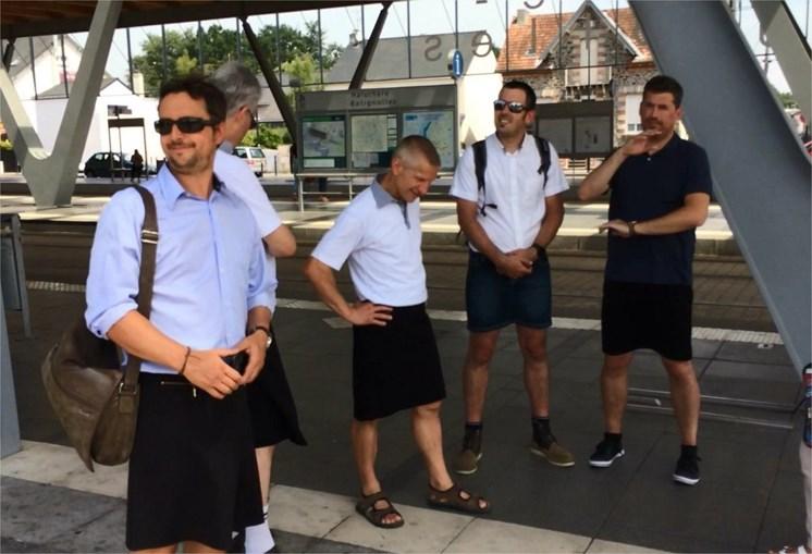 Motoristas trocam calças por saias, em França