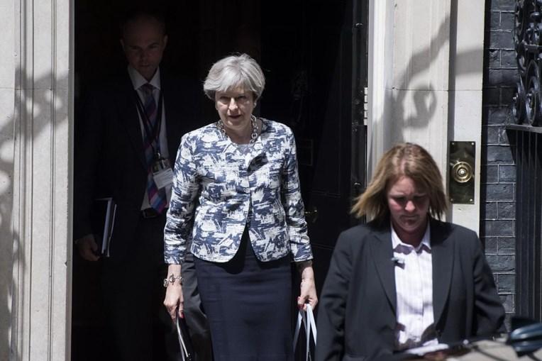 Theresa May promete manter direitos a cidadãos da UE