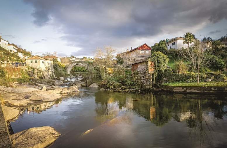 Ponte de Mem Gutierres, sobre o rio Ave, por onde atravessam muitas lendas