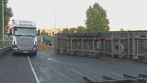 A28 em Matosinhos cortada devido a despiste de camião