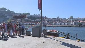 Há lixo acumulado na zona de embarque da Ribeira do Porto
