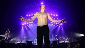 Chester vaiado e agredido com garrafas nos últimos concertos