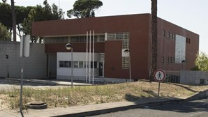 Oito detidos entre reclusos, familiares e uma empregada de limpeza que traficavam droga na cadeia de Leiria