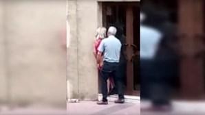 Casal filmado a fazer sexo à porta de loja em plena luz do dia