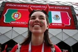 Adeptos portugueses fazem a festa no estádio Spartak Moscovo