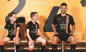 Imagem publicada no Twitter do Wolverhampton com Rúben Neves já com a camisola do clube