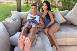 Futebolista com a namorada e o filho Mateo
