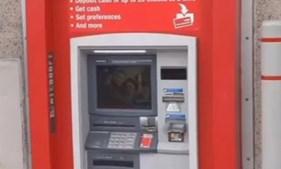 Preso atrás de caixa de ATM pede socorro através da saída das notas