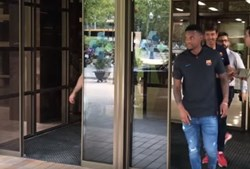 Nélson Semedo a sair do hospital onde fez os exames, em Barcelona