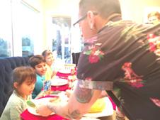 Chester a jantar com os filhos