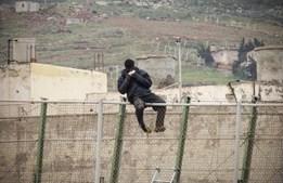 Imigrantes africanos tentam saltar as vedações que separam Melilla de Marrocos