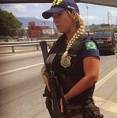Curvas de polícia do Rio de Janeiro causam sensação