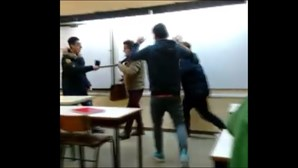 Alunos filmaram com um telemóvel as aulas de Filosofia em que é visível o assédio e agressões ao professor. Ouvem-se os alunos a rir e a gozar, enquanto um grupo simula que está a ter relações sexuais com o docente encostado a uma mesa