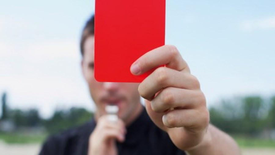 Árbitro cartão vermelho