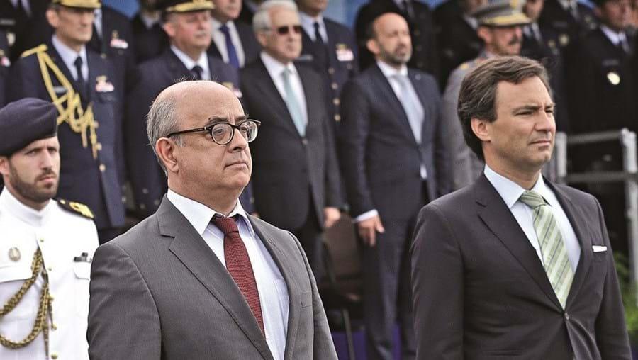 Ministério da Defesa, de Azeredo Lopes (à esq.), reteve verbas por um ano. Marcos Perestrello assinou o despacho