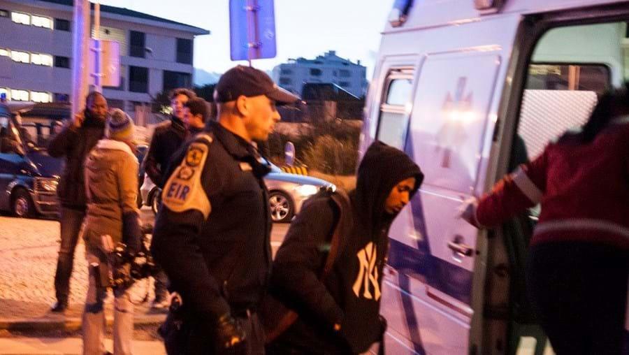 Uma das vítimas a ser colocada numa ambulância dos Bombeiros da Amadora dias depois das agressões