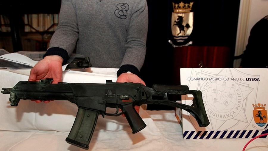 Espingarda automática HK G36 furtada à Marinha em 2011 e apreendida pela PSP num barracão em Rio Maior, em 2013