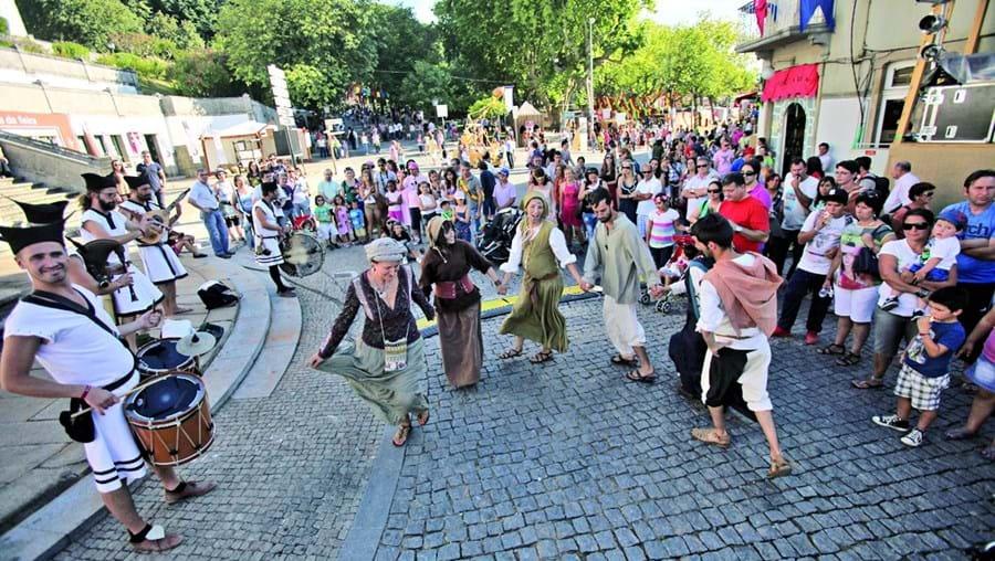 Centro histórico recria ambiente do século XIV e serve de palco para diversas atividades, espetáculos e encenações