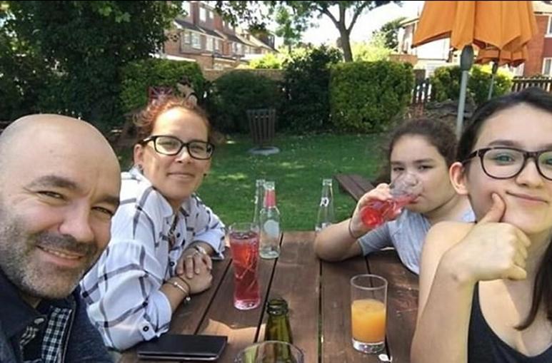 O casal com as suas duas filhas, Megan e Luana