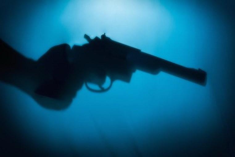 Homem empunha revólver