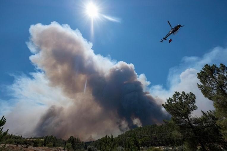 Bombeiros combatem fogos no centro do País