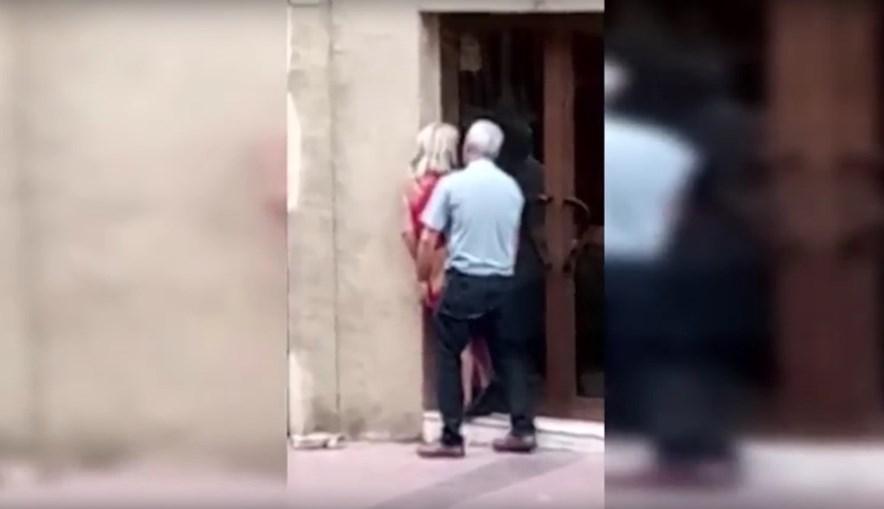 Casal faz sexo à porta de loja