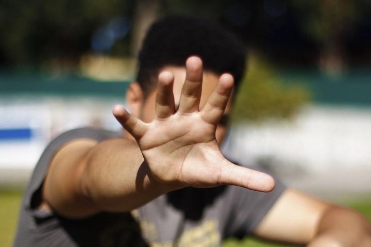 O aluno de 13 anos que relatou ao CM o castigo mandado aplicar pelo diretor