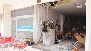 Explodem café para roubar caixa ATM