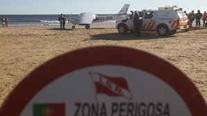 Avioneta mata criança e banhista à beira-mar