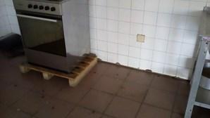 Infestação de baratas em posto da GNR degradado