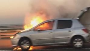 Carro em chamas na Ponte Vasco da Gama