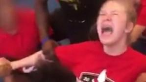Treinador tortura menina e força-a a fazer a espargata