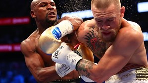 Mayweather bate Conor McGregor no combate do século