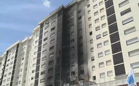 Moradores retirados devido a fogo que consumiu prédio em Sacavém