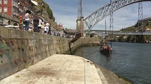 Queda aconteceu nas escadarias do rio, na Ribeira do Porto
