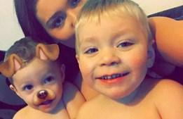 Jamieleigh com os dois filhos