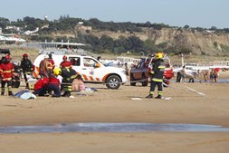 Homem e criança morrem atingidos por avioneta em praia