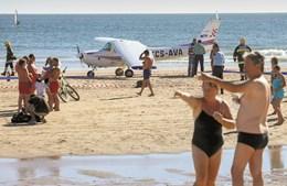 O avião aterrou de emergência na altura em que estavam centenas de pessoas na praia de S. João