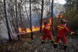 Bombeiros combatem incêndio - Imagem ilustrativa
