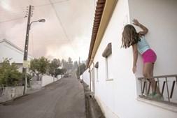 Inferno das chamas assusta populações, sobretudo do Centro do País, e obriga muitos a saírem das suas casas